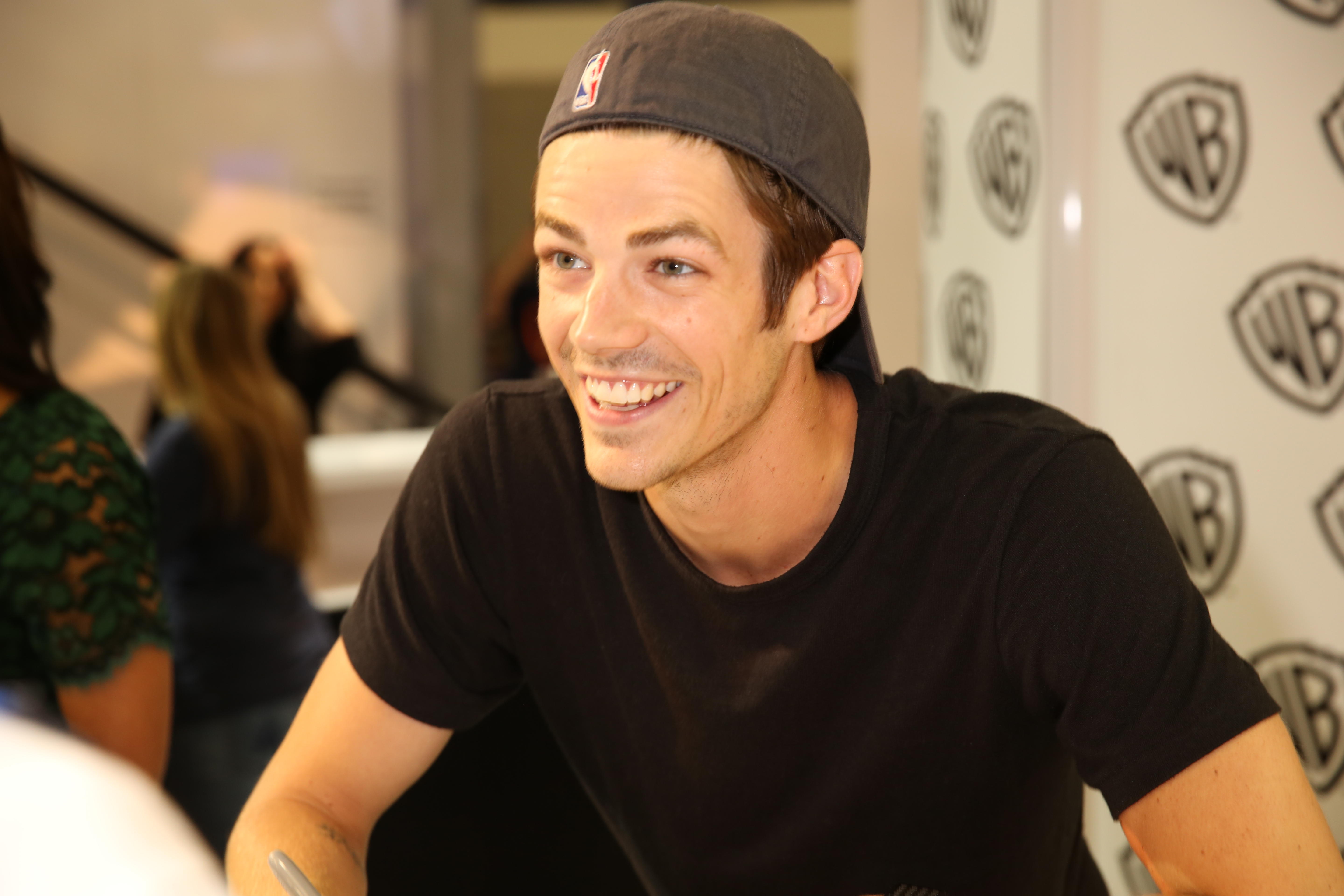 The flash signing grant gustin barry allenthe flash chats with a fan during the flash signing in the warner bros booth during comic con 2015 wbsdcc 2015 wbei m4hsunfo Image collections